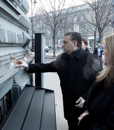 Terror Háza  A budapesti Terror Házánál Orbán Viktor mécsest gyújt a kommunizmus áldozatainak emléknapján. Ott volt Schmitt Pál államfő és Tarlós István főpolgármester is.