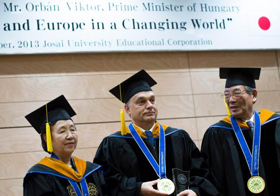 Orbán Viktor átvehette a díszdoktori címet a tokiói egyetemen.