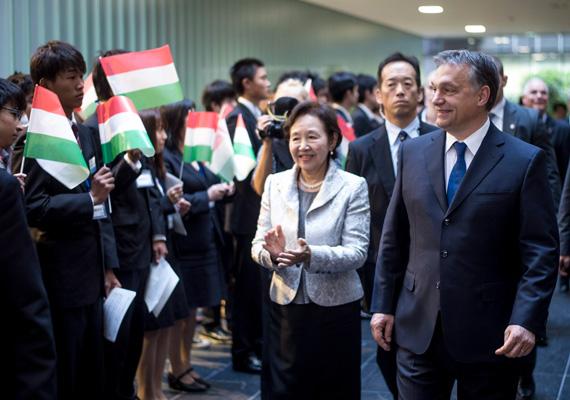 A képen kitörő lelkesedéssel fogadják a diákok a tokiói Dzószai Egyetemen Orbán Viktort. A miniszterelnököt Mizuta Noriko, az egyetem vezetője kíséri.