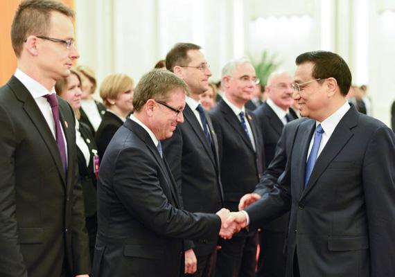 Az egész csapat kiment Kínába Orbán Viktorral. A kínai miniszterelnök, Li Ko-csiang üdvözli Szijjártó Pétert, Matolcsy Györgyöt, Varga Mihályt, Balog Zoltánt és Martonyi Jánost.