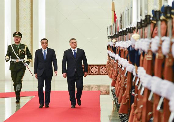 A kínai miniszterelnök, Li Ko-csiang katonai tiszteletadás mellett fogadja a hivatalos látogatáson tartózkodó Orbán Viktort az Országos Népi Gyűlés épületében, Pekingben február 12-én.