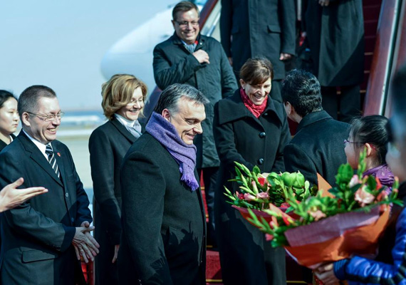 A magyar miniszterelnök első pillanatai hivatalos Kínában tett látogatása során.