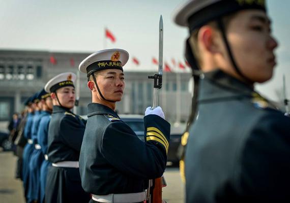 Katonai tiszteletadás Pekingben Orbán Viktor és delegációja tiszteletére.