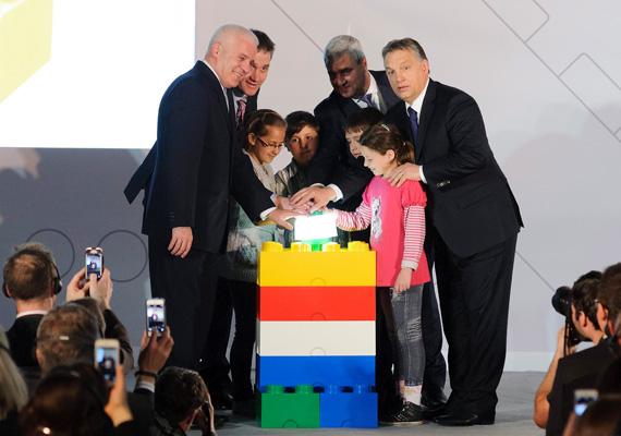 Az átadáson a miniszterelnökön kívül részt vett Kovács Ferenc polgármester, Jesper Hassellund Mikkelsen, a Lego Manufacturing Kft. ügyvezető igazgatója, Bali Padda, a Lego-csoport ügyvezető alelnöke, valamint a Nyíregyházi Gárdonyi Géza Általános Iskola tanulói.