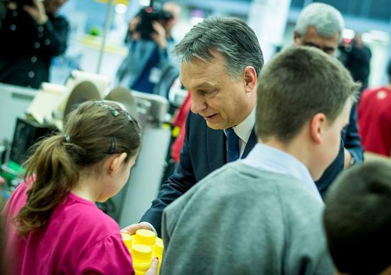 Vajon mi a miniszterelnök terve a kislány kezében lévő legósdobozzal?