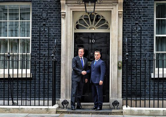 Beszéde után Orbán Viktort a brit miniszterelnök, David Cameron fogadta a Downing Street 10. szám alatt. Vajon egyeztették előre a kék nyakkendőt?