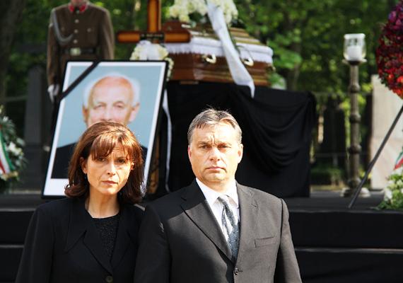 A volt köztársasági elnök, Mádl Ferenc temetésén a miniszterelnök is tiszteletét tette, feleségével, Lévai Anikóval az oldalán.