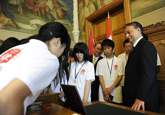 A katasztrófa sújtotta fukusimai térségből érkezett diákokat is személyesen fogadta a miniszterelnök.