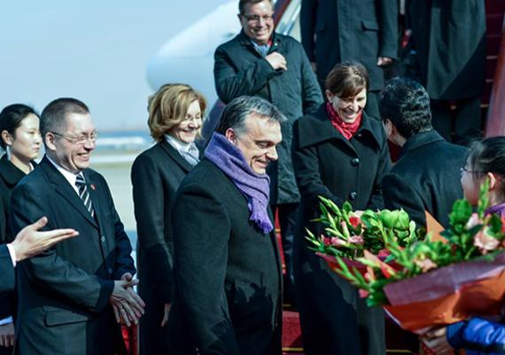 Ez a kép nemrég készült a kormányfő kínai útja során. Lila a nyakkendő, most már a sál is? A végén a Fidesz színt változtat!