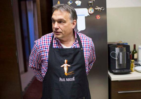 Ez már kulisszatitok, de ilyen, amikor Orbán Viktor megérkezik a konyhába. Kötényt köt.