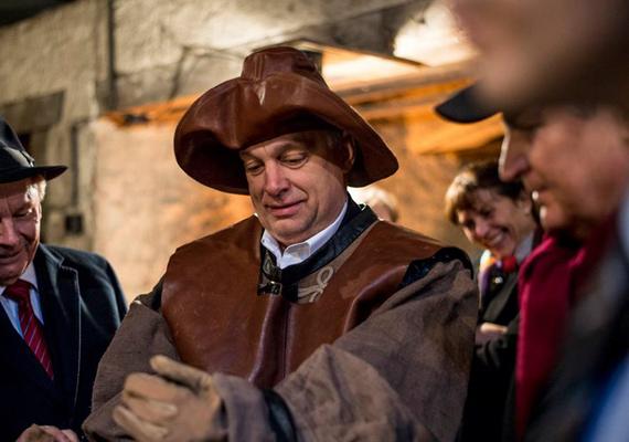 Ez a képsorozat mostantól sehonnan sem hiányozhat, hiszen ez az örök kedvenc. Orbán Viktor, amikor egy szlovákiai kovácsműhelybe érkezik, utánozhatatlan.
