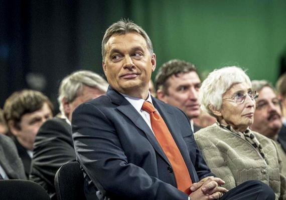 Miniszterelnökünk kedvence ez a narancsságra darab. Nyilvános megjelenésein előszeretettel viseli a párt színeiben tündöklő nyakkendőt. Itt éppen az évértékelő gyűlésen látható, a Millenárison.