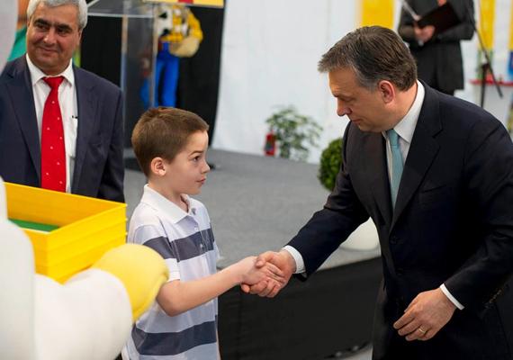 A Lego gyár alapkövének letételéhez világoskék, kicsit türkizes nyakkendő dukált. Úgy tűnik, a miniszterelnök szereti a kék minden árnyalatát.