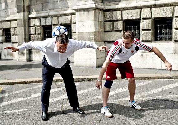 Kovács Péter freestyle focivilágbajnoknak mutatta be tudását, sportosan és fitten lerúgta a cipőjét, akkora lázban égett mégt 2011 tavaszán.