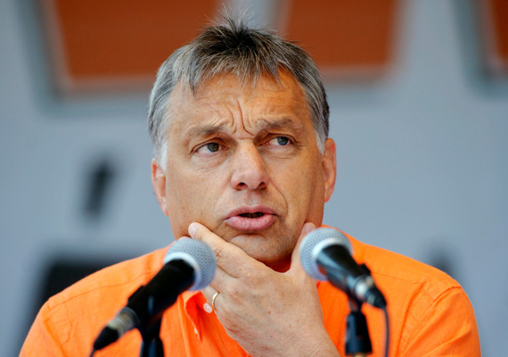 Íme, a végeredmény! Majdnem teljesen ősz, magasodó homlokú és nyúzott Orbán Viktor. Vajon ha az Államadósság Kezelő Központ 2013. augusztus 12-én átutalta az IMF-hitel fennmaradó részét a Nemzetközi Valutaalapnak, ami összesen 2,15 milliárd eurónyi tartozás volt, akkor a miniszterelnök miért vág ilyen kétségbeesett arcot?
