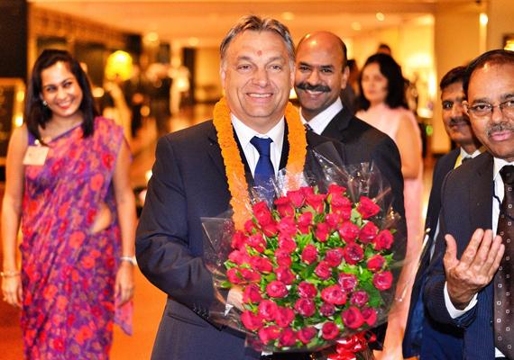 2013 októberében a miniszterelnök Indiába látogatott. Sajnos még a piros pötty sem vonja el a figyelmet a ráncos homlokáról.