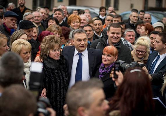 Február végén a miniszterelnök Ózdra látogatott annak örömére, hogy az ottani vasgyárból lett kultúrgyár lett. A képen úgy pózol a hölgykoszorúval, mint egy igazi celeb.