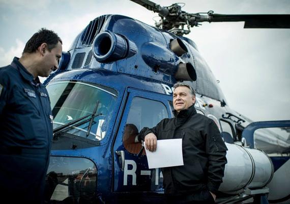 A magyar miniszterelnök, Orbán Viktor a február végi válságos ukrán helyzet miatt helikopterbe pattant, hogy megtekintse a magyar- ukrán határt. Ugyan a kijevi tüntetéseknek ekkor már több halálos áldozata volt, a kormányfő mosolyogva és elégedetten vette tudomásul, hogy minden rendben van a határon.