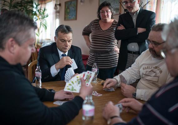 Pihenésképpen a miniszterelnök nemcsak a barátait és kollégáit látogatja meg országjárás közben, hanem még egy Duna-parti ultipartiban is szívesen részt vesz.