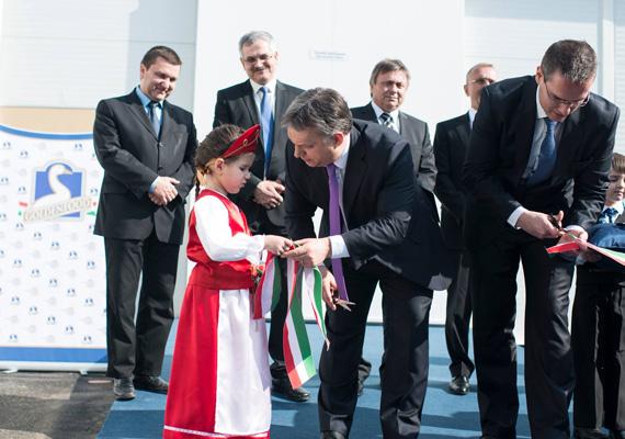 Orbán Viktor Nyírgelsén éppen egy megszeppent kislánnyal próbál diskurálni.
