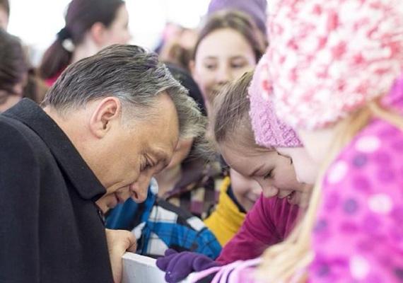 Nem ez az egyetlen képe Orbánnak, ahol gyerekekkel fotózkodik. Itt éppen a kislányok korcsolyáit stíröli.