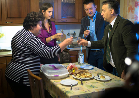 Az V. kerület polgármestere nem mehetett egyedül családot látogatni Szakonyfaluba, Orbán akkor is ott volt. A Rogán család nagyon örült a közös pálinkázásnak.