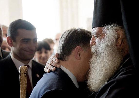 2012-es grúziai látogatásán Orbánt nemcsak ortodox vallási vezetők érintették meg, hanem az állami intézmények vidékre helyezése is. Legalábbis a grúz parlamentet ekkortájt helyezték Tbilisziből egy vidéki városba, ahova a mi kormányfőnket is leutaztatták.