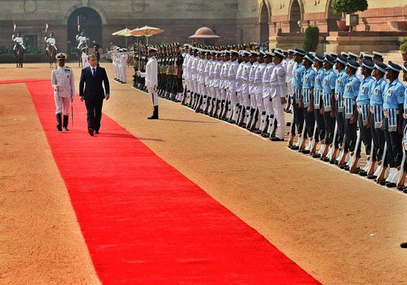 Indiában is keletre nyitott, a szubkontinens katonái pedig jobbra zártak.