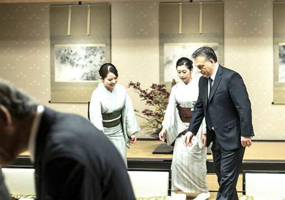 Japánban a magyar küldöttség megnyitókon és szalagok átvágásán vett részt. A képen Kiotóban, gésák társaságában látható Orbán.