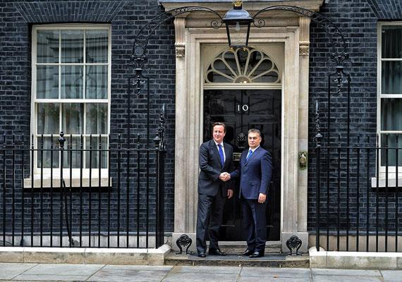 Londoni látogatásán nevezte Orbán laboratóriumnak Magyarországot. David Cameron brit kormányfővel a miniszterelnöki rezidencia előtt rázott kezet.