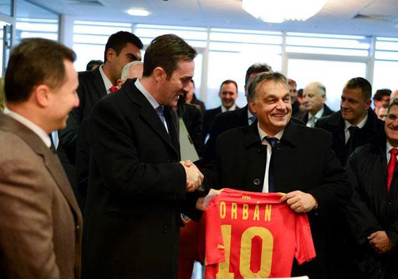 Szkopjéban igazán jól bántak Orbánnal, még egy macedón állami kitüntetést is átvehetett, ám talán ennek a meznek örült legjobban.