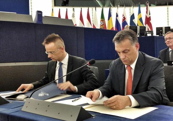 A miniszterelnököt többször is megizzasztották az Európai Parlamentben. A fotón tavaly nyáron Szijjártó Péterrel egy strasbourgi plenáris ülésen.