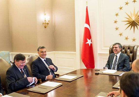 Orbán Viktor a 2013-as évet Törökországban zárta, ahol elintézte, hogy a magyarok és törökök vízummentesen utazhassanak egymáshoz.
