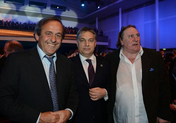 A futballra mindig van idő - gondolhatta a miniszterelnök, és elugrott Zürichbe egy FIFA-gálára. Michel Platini és Gerard Depardieu társaságában.