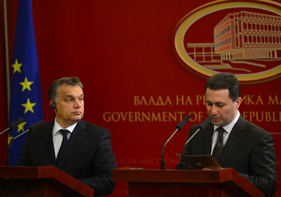 A miniszterelnök december elején Szkopjéba utazott. A képen a macedón kormányfővel, Nicola Gruevszkivel tartanak közös sajtótájékoztatót. A macedón kormányfő kiemelte a macedón-magyar barátság fontosságát, majd Orbán Viktor kitüntetést vehetett át a balkáni ország euroatlanti integrációjának előmozdítása érdekében végzett munkájáért.