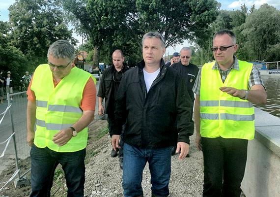 Egzotikus kirándulásai mellett Orbán Viktor idén azt is bebizonyította, hogy a magyar határokon belül is legény a gáton, amikor a dunai árvízi mentést vezényelte le több helyen. Az ember érzése az volt, hogy több is van a miniszterelnökből.