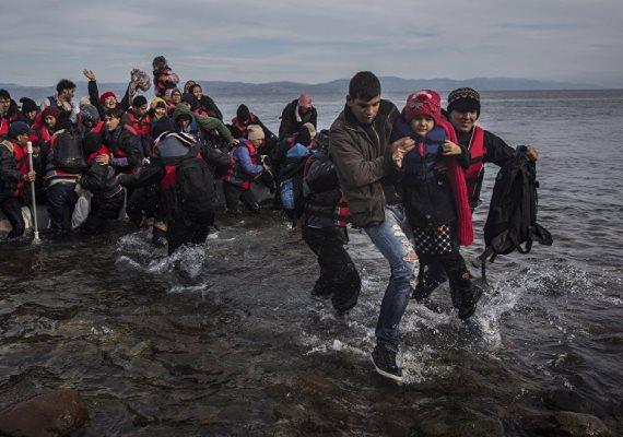 Görögország már alig bír az érkező menekültekkel, ezértAlekszisz Ciprasz miniszterelnök azt szeretné, hogy Törökországban is létesítsenek európai uniós regisztrációs központokat, úgynevezett hot spotokat.A görög kormányfő arra kérte a török miniszterelnököt, hogy lépjenek fel hatékonyabban az embercsempészek ellen.