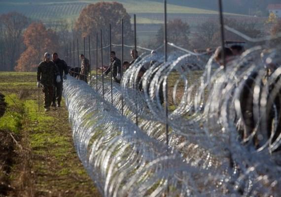 Szlovéniában már fel is épült a magyarhoz hasonló pengés kerítés a horvát határon, ezen kívül az ország hivatalosan is bejelentette: nem fogadnak olyan menekülteket, akik nem háborús övezetből érkeztek.