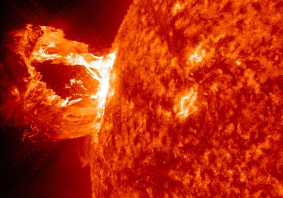 Idén áprilisban olyan erejű napkitörést rögzített a NASA, amekkorára évek óta nem volt példa. A napkitörések száma és erőssége az utóbbi időben megemelkedett. Okozhatja ez a bolygó pusztulását?