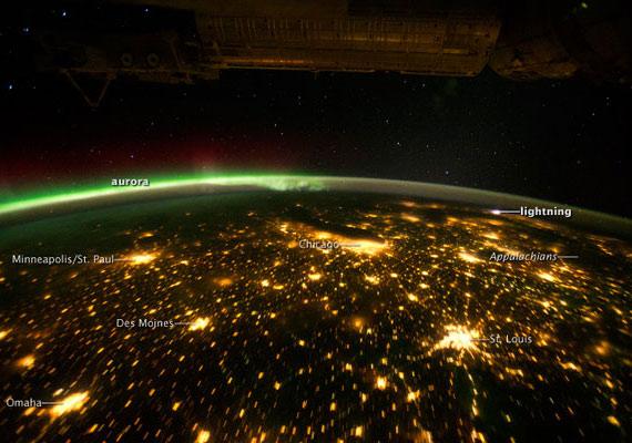 A ritka felvételen egyszerre látszanak az államokbeli nagyvárosok fényei és az Aurora Borealis, vagyis a sarki fény.