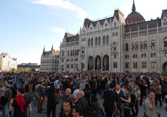 Ahhoz képest, hogy a megmozdulást kedd reggel hirdették meg a szervezők, meglepően sokan vettek részt a sétán.