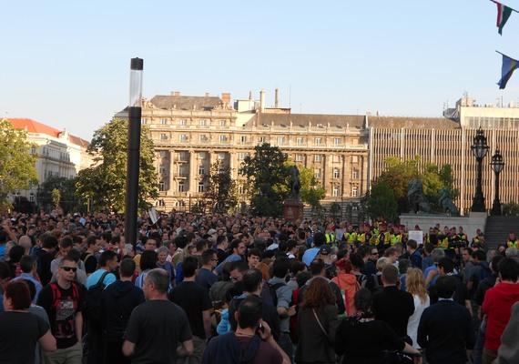 A Parlament épületénél, erős rendőri jelenlét mellett, de békésen, jó hangulatban ért véget a tüntetés.
