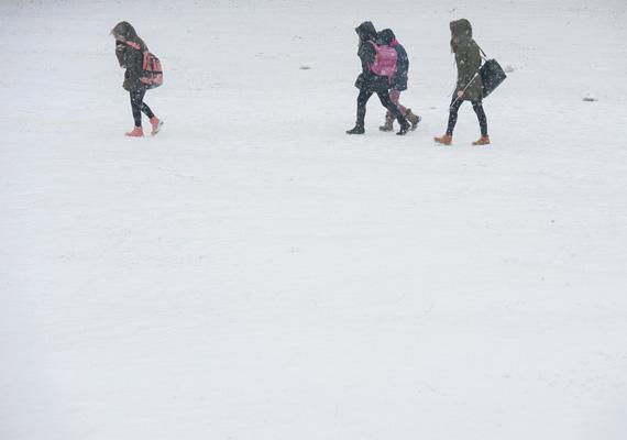 Még mindig Debrecen: így mentek iskolába ezek a diákok a havas úton.