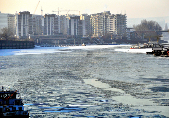 Ez már Budapest. Az Újpesti-öbölben jegesedett a víz.