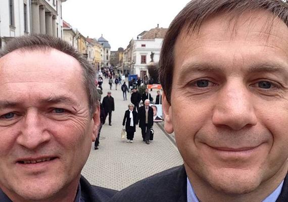 Az Együtt-PM vezetője, Bajnai Gordon rákattant a szelfikre... vagy a selfie-kre? - kérdezné ő maga. Az Egerben készült képen Szalóczi Gézával látjuk a volt miniszterelnököt. Bajnai Gordon arcformájával nem kellene ezt erőltetni.