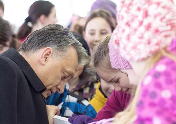 A miniszterelnök, Orbán Viktor is serényen járja az országot. A kép Hatvanban készült, amikor korcsolyázó gyerekekhez ment oda, akiktől megkérdezte, hogy milyen óra van, hogy vannak, és minden rendben van-e.