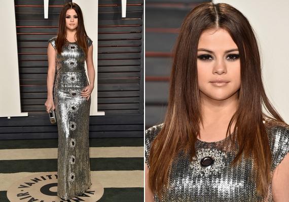 Selena Gomez is az ezüstös csillogás mellett döntött: a test vonalát követő, felül zárt, rövid ujjú Louis Vuitton ruha kiemelte a 23 éves énekesnő csinos alakját.