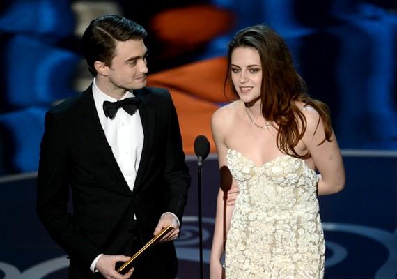 A színpadra, ahol Daniel Radcliffe-fel konferált, segítség nélkül ment fel, de nem volt biztos a járása.