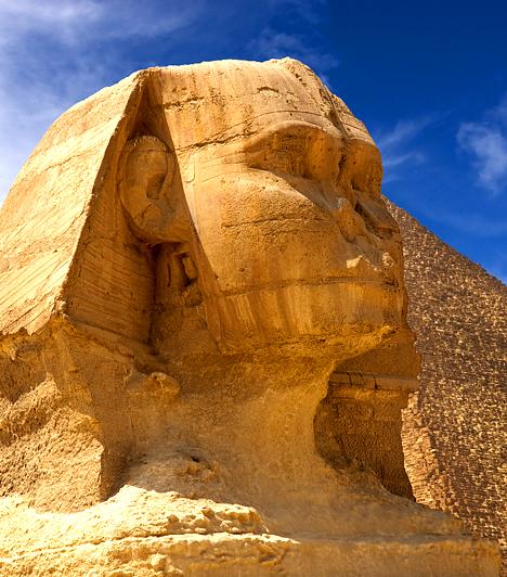 Ősi titkok a szfinx alattAz egyik közkedvelt összeesküvés-elmélet szerint az egyiptomi nagy szfinx alatt titkos járatok húzódnak, melyek titkos dokumentumokat rejthetnek. Ezek közé sorolják egy ősi, talán földönkívüli civilizáció - például az atlantisziak - hagyatékát, jövendölését és az emberiségnek szóló útmutatását is.Kapcsolódó cikk:Titkolják az egyiptomi felfedezést - Rejtélyes leletek »