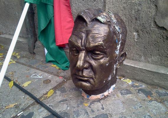 A kétéves Szolidaritás Mozgalom szeptember 29-én, vasárnap kormányellenes tüntetéssel ünnepelte születésnapját. Az eseményen részt vett a Szolidaritás elnöke, Kónya Péter, és beszédet mondott az Együtt-PM vezetője, Bajnai Gordon is. A beszédeket követően aktivisták lelepleztek egy hungarocell Orbán Viktor-szobrot. A szobordöntés momentumát többen például a 2003-as, Szaddám Huszein megbuktatását követő szoborledöntéshez hasonlították.